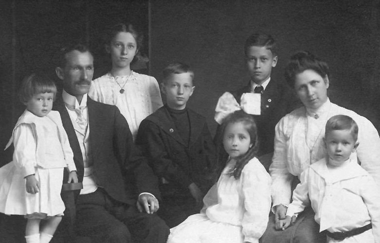 William H. Leslie Family - 1910
